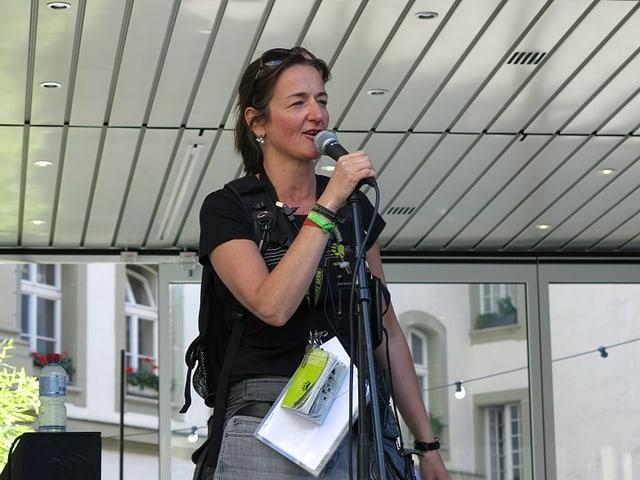 Christine Wyss vor dem Mikrofon