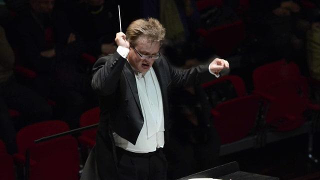 Dirigent bei seiner Arbeit.