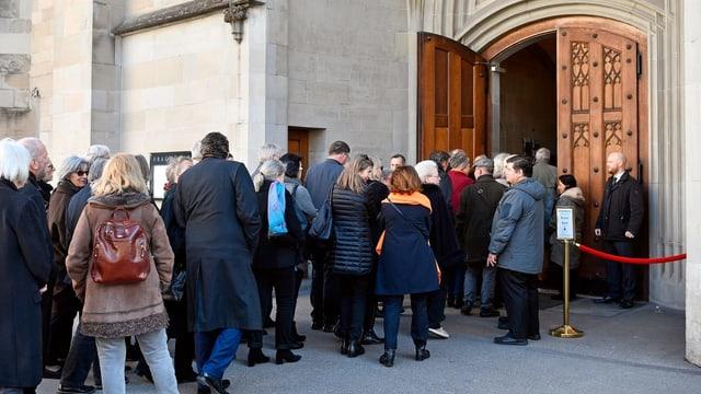 Menschenschlange vor Kirchentor