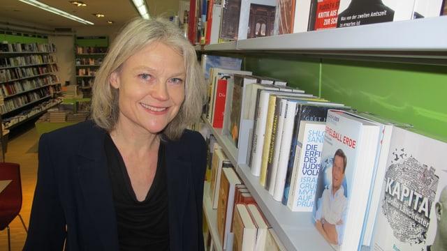 Simone Lüthy, die Geschäftsführerin und Mitinhaberin der Lüthy + Stocker AG, steht vor einem Regal in der Buchhandlung in Solothurn an der Gurzelngasse 17.