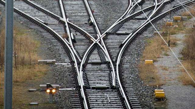Schienen vor der Einfahrt zum Bahnhof SBB in Basel am Montag, 13. Januar 2014.