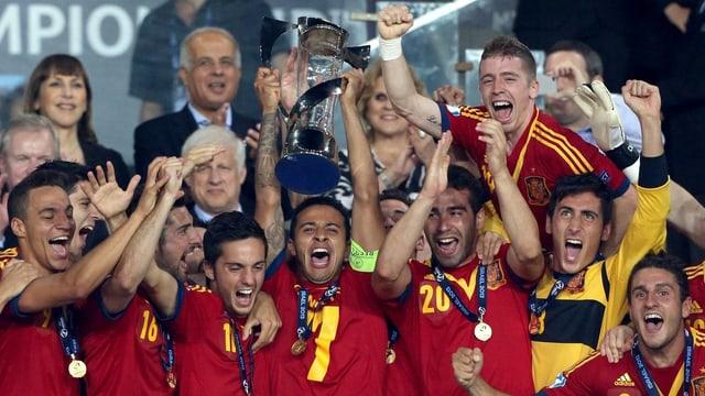 Die U21-Mannschaft Spaniens mit dem EM-Pokal.