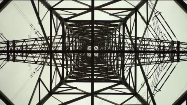 Auch ein Hochspannungsmast kann schön sein - aus der richtigen Perspektive gefilmt.