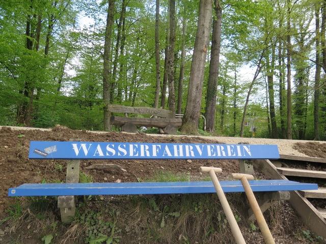"""Blaue Bank mit Schriftzug """"WASSERFAHRVEREIN"""""""
