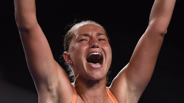 Kateryna Bondarenko schreit ihre Freude heraus und streckt die Arme in die Luft.