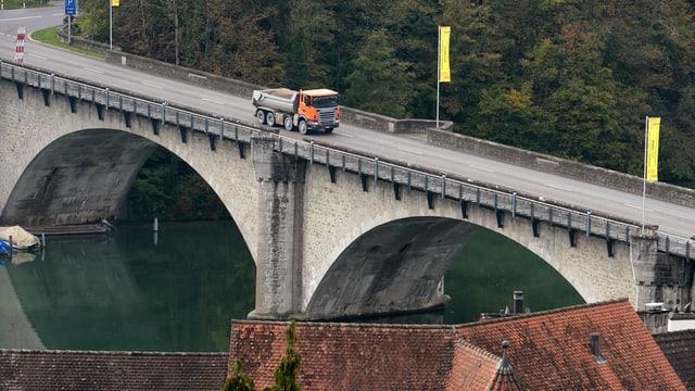 Eine Brücke aus Stein von oben aufgenommen, während ein Lastwagen darüberfährt.