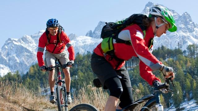 Mountainbiker auf Tour bei Scuol im Engadin.