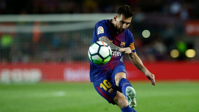 Lionel Messi schliesst freistehend ab.