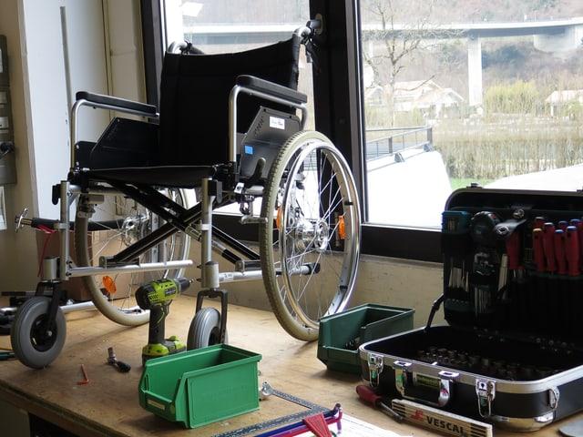 Rollstuhl auf Werkbank