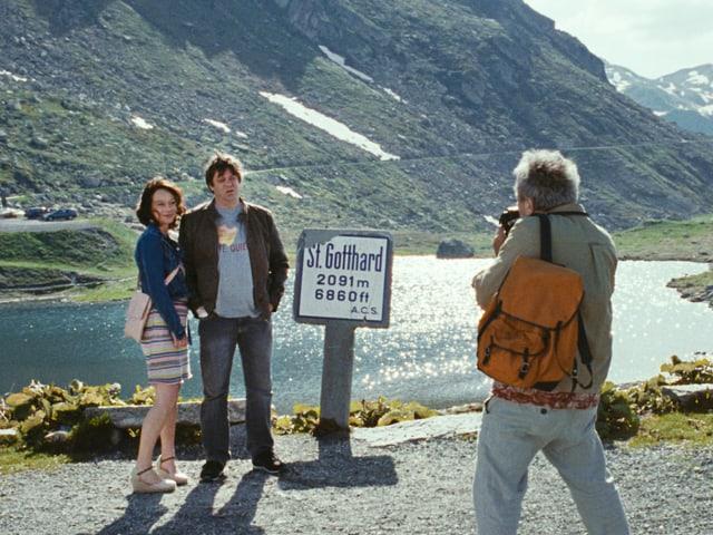 Ein Mann macht ein Foto von einem Paar auf dem Gotthard-Pass.