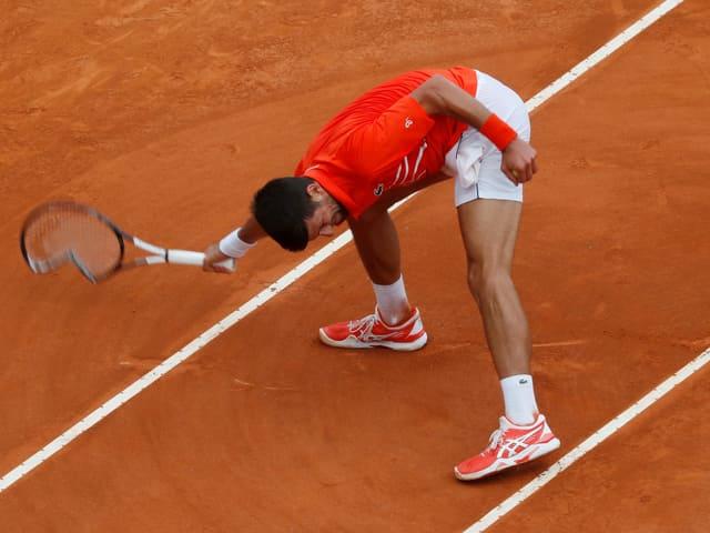 Novak Djokovic zertrümmert auf dem Court sein Racket.