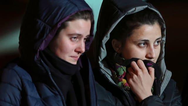 Zwei junge Italienerinnen bei ihrer Ankunft in Rom