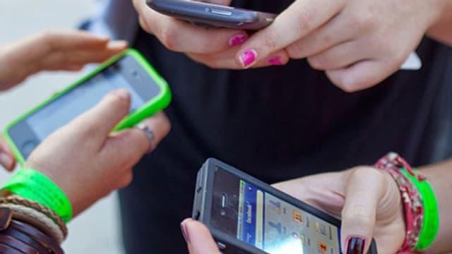 Hände von Jugendlichen mit Smartphones