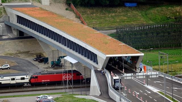 Autobahnbrücke über Eisenbahnlinie.