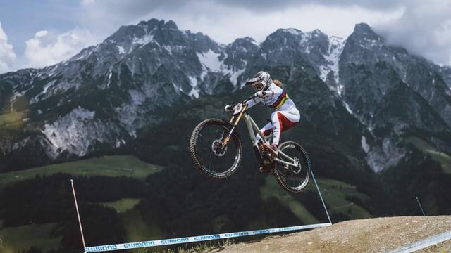 Balanche schlägt im ersten Downhill-Rennen der Saison zu