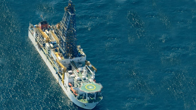 Ein japanisches Schiff fördert Methanhydrat.