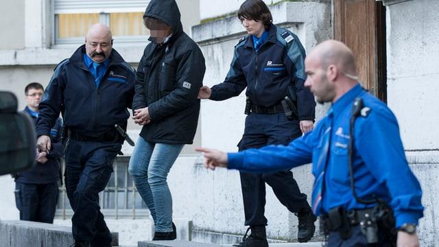 Die mutmassliche Täterin wird nach dem Urteilsspruch in Solothurn von Polizisten abgeführt.