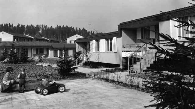 Kinder spielen vor Arbeiterhäusern der Viscosuisse (ca. 1970): Da die Fabrik rund um die Uhr lief, war es wichtig, dass die Arbeiter in der Nähe wohnen konnten.