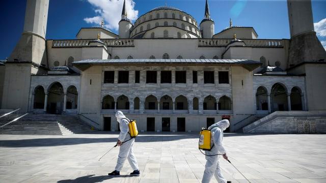 Mitarbeiter der Stadtverwaltung desinfizieren den Innenhof der Kocatepe-Moschee in Ankara.