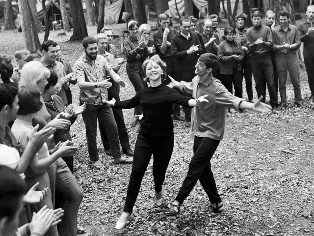 Tanzende Jugendliche im Wald