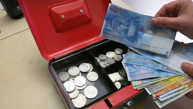 Kasse mit wenig Kleingeld