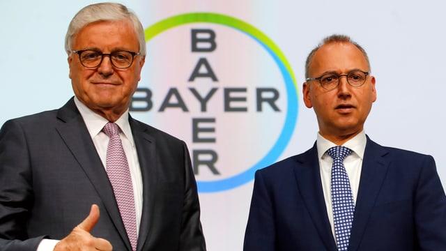 Werner Wenning und Werner Baumann vor Bayer-Logo.