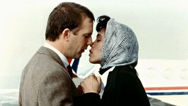 Ein Mann und eine Frau kurz vor dem Kuss.