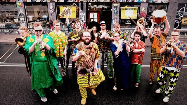 Die Samúel Jón Samúelsson Big Band im Bild. Sie haben alle afrikanische Kleidung an.