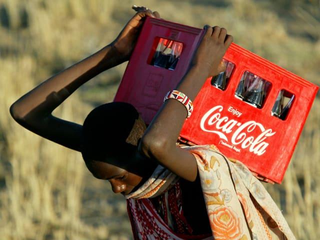 Massai trägt Coca-Cola