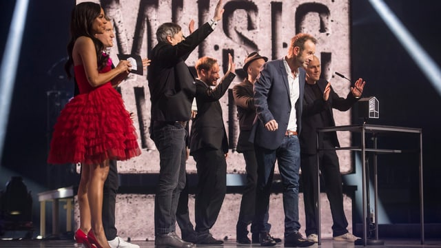 Züri West auf der Hallenstadion Bühne feiern ihren Swiss Music Award