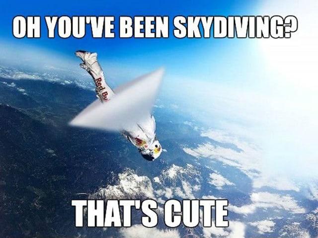 Extremsporter Felix Baumgartner stürzt der Erde entgegen.