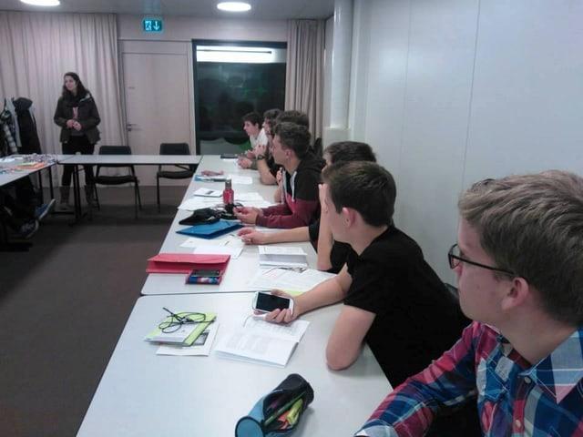 Jugendliche sitzen in einem Sitzungsraum und diskutieren über Sachgeschäfte.