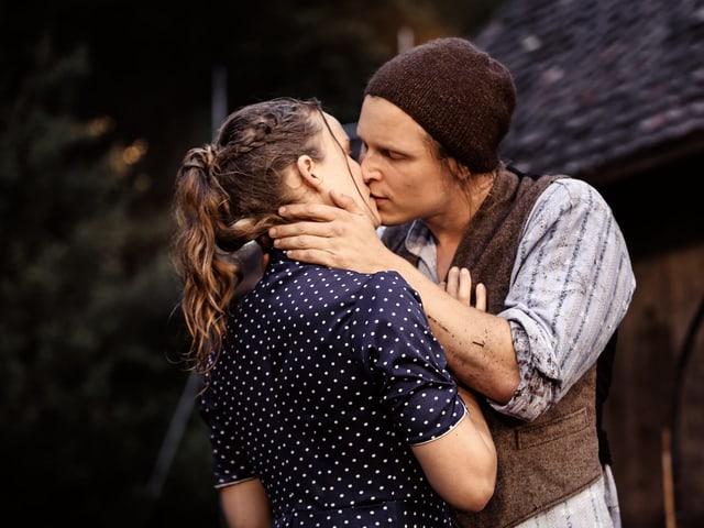 Vreneli und Sali küssen sich.