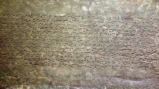 Keilschriftplatte in einem irakischen Museum.