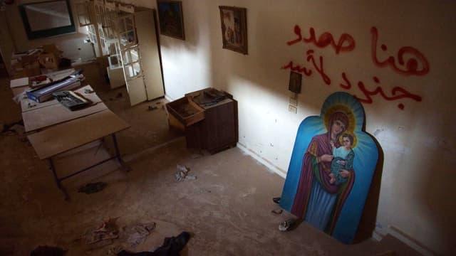 Gemälde von Maria und Jesus in einem halbszerstörtem Zimmer