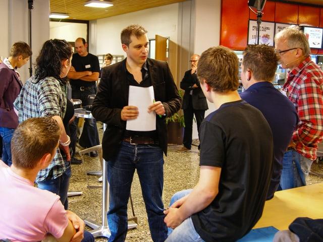 Produzent Tobias Gasser im Gespräch mit Lehrlingen.