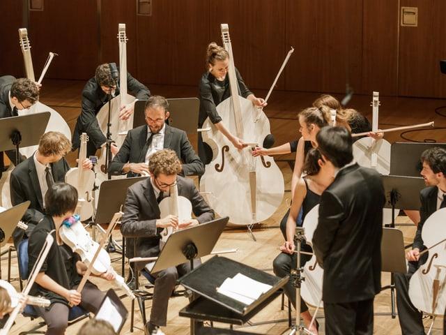 Die Musikerinnen und Musiker müssen die Stege an ihre Streichinstrumente neu moniteren.