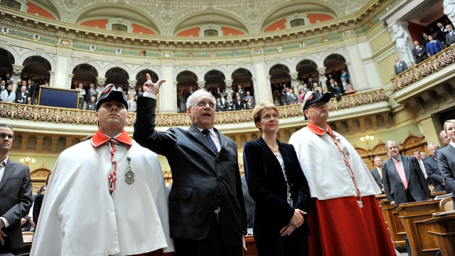 Johann Schneider-Ammann leistet den Amtseid, links von ihm Simonetta Sommaruga