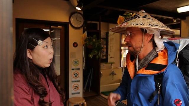 Eine japanische Frau im Gespräch mit dem Winterthurer Wanderer Thomas Köhler