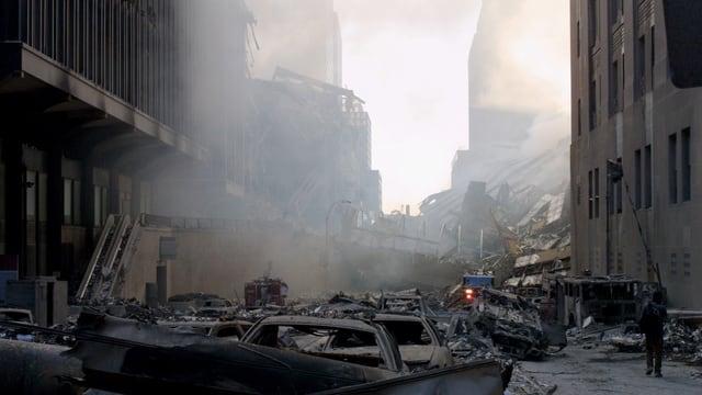 Dunkle Strasse, aufgewirbelter Staub, Häuser in Trümmern.