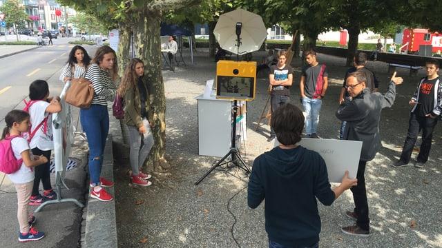 Im Dreispitzpark in Kreuzlingen können sich alle Besucher fotografieren lassen und ihre Anliegen aufschreiben. Und dann damit von der SRF-Fotobox ablichten lassen.
