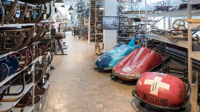 Zeigt das Schweizer Sportmuseum von innen. Darauf sind mehrere Bob zu erkennen.