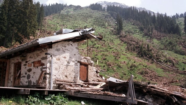Eine zerstörte Alphütte.