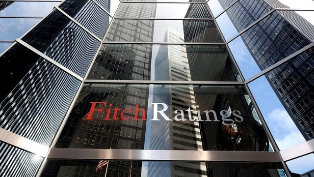 Firmengebäude von Fitch mit Schriftzug.