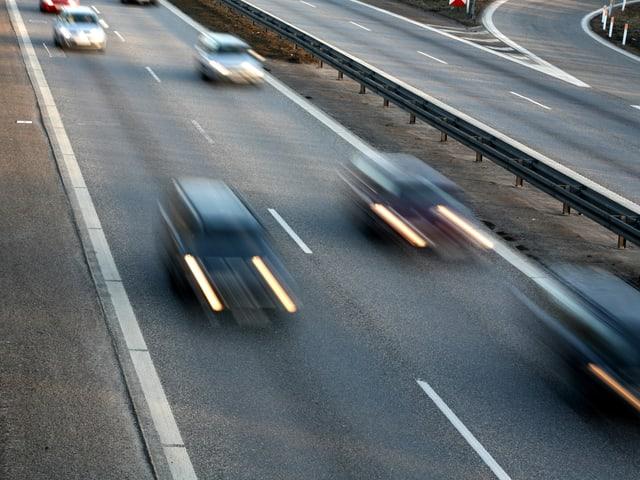 Mehrere verschwommene Autos auf einer Autobahn
