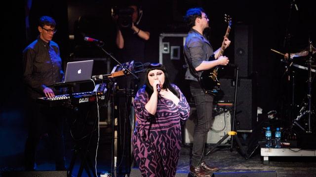 Während sich die Band in einen Rausch spielt, peitscht Sängerin Ditto das Publium vorwärts.
