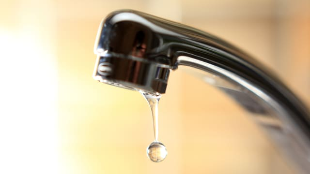 Wasserhahn mit einem Tropfen