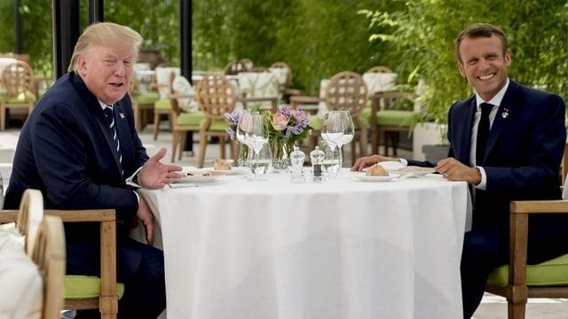 Macron und Trump am Tisch.