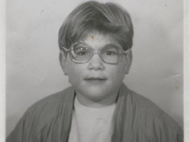 Franziska acht Jahre alt - und wohl auf irgendetwas stolz. Auf die neue Brille? Auf den rassigen 80er-Jahre Lumber?