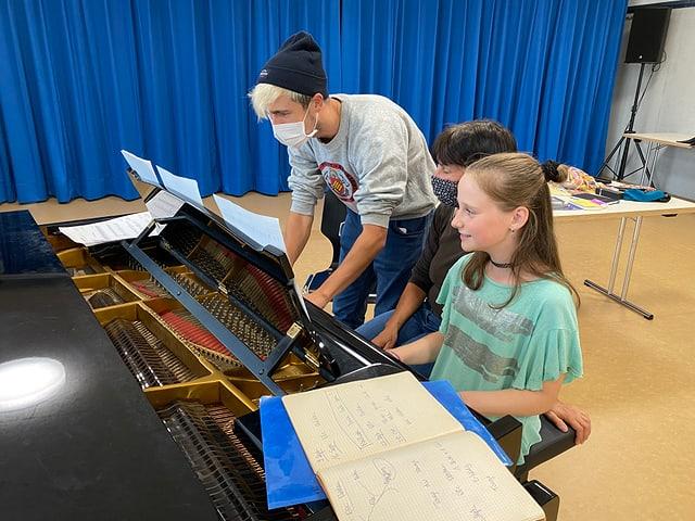 Moderator Gabriel und «Zambo»-Mitglied Paula spielen zusammen Klavier.